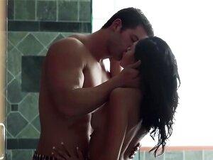 Alina Lopez lädt ihren Freund ein, sie leidenschaftlich unter der Dusche zu ficken