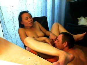 Gesicht Orgasmus Sitting Seine Muschi Extrem Haarig
