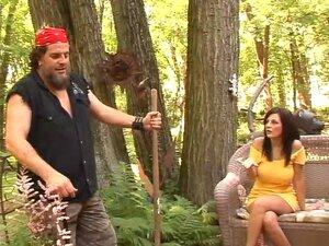 Kara Lee, vollbusige Rotkäppchen, wird im Wald von einem großen Schwanz überfallen