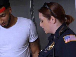 Weiße Polizistinnen ficken schwarzen Kerl im Verhörraum
