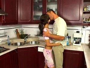 Teenager Skye West bekommt ihre haarige Muschi in einer Küche gefickt