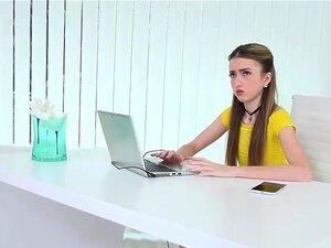 Skinny Empera verführt alten IT-Typen, um ihre Teenie-Muschi zu ficken