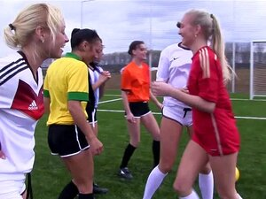 Mädchen Fußballmannschaft nackt