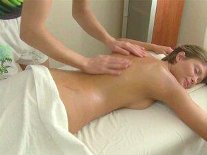 Bruder geben Schwester Massage