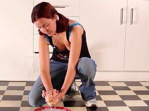 Inga bohrt ihre behaarte Muschi mit einem Holzstampfer in einer Küche