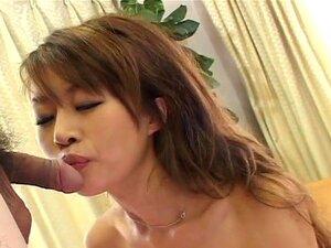 Schlanke japanische Süße Toa wird von zwei Männern gefickt und mit Sperma gestopft