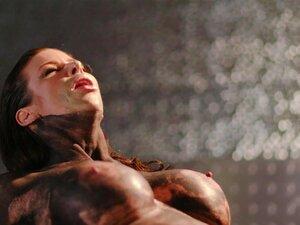 Die schlanke schwarze Sklavin Ana Foxxx kommt verzweifelt in einer BDSM-Session