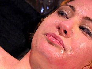 Sklavin Julie Night wird mit eiskaltem Wasser abgespritzt und im Tank ertrunken