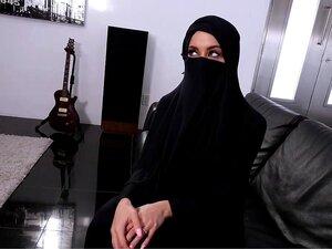 Aysha bekommt ihre junge arabische Muschi von massivem Schwanz gebohrt