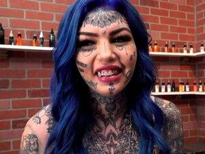 Tätowierte Hündinnen Phoenix Madina und Megan Inky geben Arsch-zu-Pussy-Service