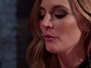 Mistress Mona Wales sitzt auf Riley Nixons Gesicht und fickt sie mit einem Strapon