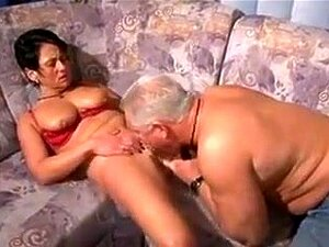 Die vollbusige reife Susane Barts Orgasmen auf dem Schwanz, nimmt Sperma auf die großen Brüste
