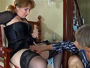 Reife Blondine verführt junge