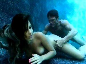Hot Soroka nimmt ihr kurzes Kleid unter Wasser und enthüllt ihren nackten Körper