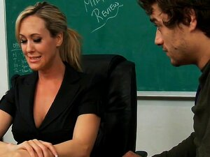 Heiße Blondine vor der Klasse