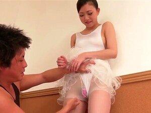 Japanische Ballerina Ririka Suzuki bekommt ihre haarige Muschi gespielt und geleckt