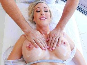 Die reife Brandi Love lässt sich auch von der glücklichen Masseurin die Vagina massieren
