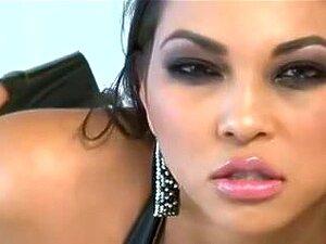 Riesiger Schwanz lässt die zierliche Latina Penny Nichols superhart abspritzen