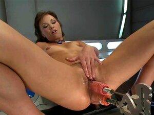 Violet Starr fistet sich zum Orgasmus, nachdem sie von einer Fickmaschine gebohrt wurde