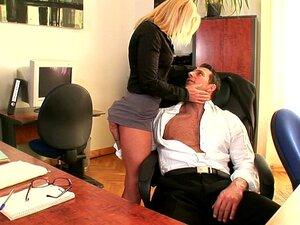 Lady Boss mit großen Brüsten Olivia Austin fickt hübschen Untergebenen