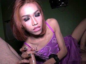 Thai Ladyboy Nanny zwinkert klaffendes Arschloch und wichst ab