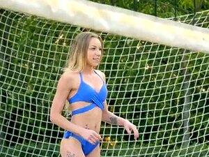 Volleyball Babes Angel Emily und Mary Kalisy ficken gutaussehenden Schiedsrichter