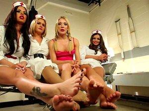 Elsa Jean behandelt Fußfetischisten mit ihren zierlichen Füßen