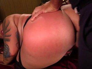 Die fette, tätowierte Schlampe Tori Avano behandelt einen großen Schwanz mit allen ihren Löchern