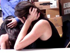 Lily Lane spritzt während ihrer analen Bestrafung durch die Gefängniszelle