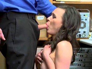 Karina wird zuerst auswärts gefressen und dann von ihrem Freund schön gefickt