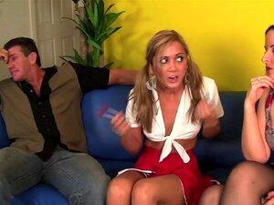Die vollbusige Stiefmutter Brooklyn Chase fickt Stiefsohn mit der Milf Bff Tara Ashley in FFM