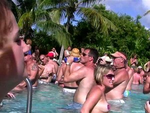 Pool frauen nackt am Nackt Frauen
