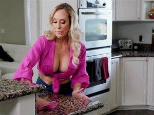 MILF Brandi Love liebt ihren jungen Mann in der Küche