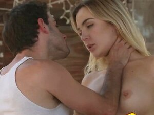 Leidenschaftlicher Sex mit der atemberaubenden Lulu Love auf der Treppe