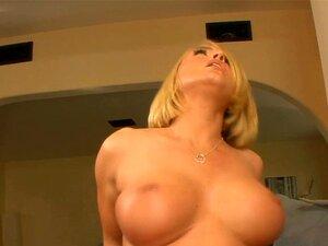 Cougar-Hausfrau Krissy Lynn neckt mit großen Titten und fickt Jungen