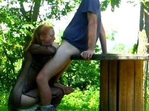 Frau lutscht pferdeschwanz