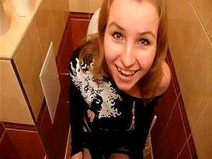 Brünette Teen Öffentliche Toilette