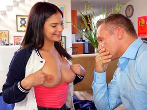Elena Koshka lädt Violet Starr ein, sich von ihrem Mann ficken zu lassen