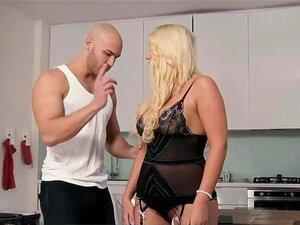 Die kurvige Blondine Bailey Brooke gönnt sich fiesen Sex in der Öffentlichkeit