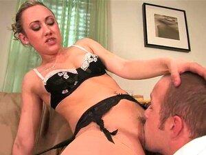 Dominante Schlampe Lea Lexis fickt einen Typen mit einem Strapon und streichelt seinen Schwanz