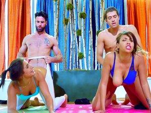 Abella Danger im besten Yoga-Workout ihres Lebens
