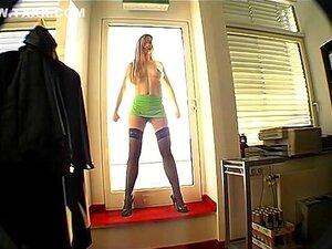 Nackt stellen ehefrau zur schau Frauen Nackt
