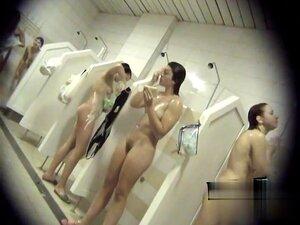 Nackt gemischte dusche Gemischte Umkleidekabinen