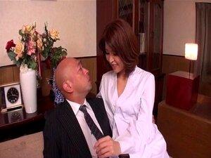 Die schöne Japanerin Erika Akagi arbeitet mit ihrer empfindlichen behaarten Muschi