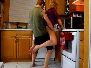 Reife Hausfrau Reagan Foxx trifft sich mit jungem Hengst in der Küche