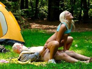 Sexy Chanel Preston reitet einen Schwanz in einer Hütte im Wald