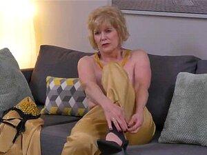 Aus sich oma zieht nackt enkel zieht