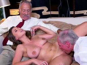 Alter Mann leckt große Brüste