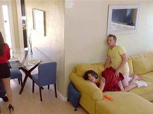Gina Valentina überzeugt Stiefbruder endlich, ihre enge Muschi zu ficken
