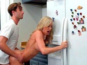 Die zierliche Rebel Lynn teilt BF mit ihrer Stiefmutter Brandi Love